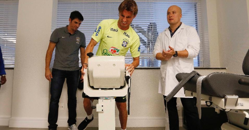 Zagueiro Henrique faz exame de esforço físico após apresentação para a Copa do Mundo