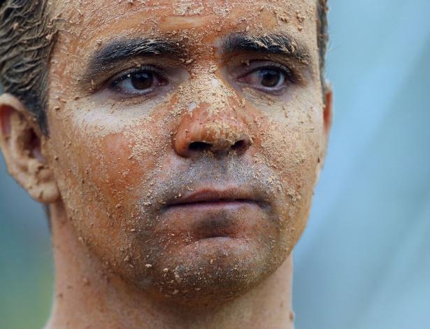 27.05.14 - Flávio Carreiro, de 35 anos, coloca lama no corpo para protestar contra a falta de apoio da CBF para as vítimas das chuvas em Teresópolis