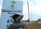 Protesto em tour da taça da Copa do Mundo em Brasília - Sergio Lima/Folhapress