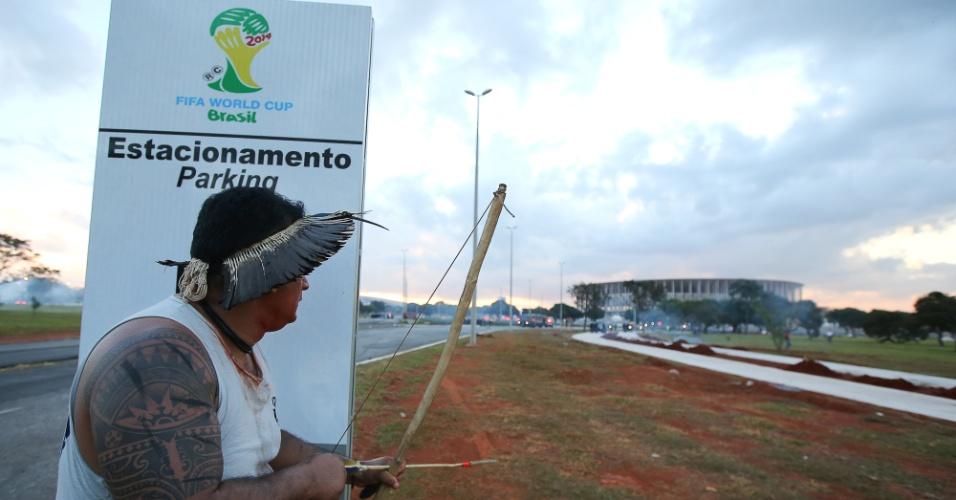 27.05.14 - Índios atiram flechas na polícia em protesto em Brasília
