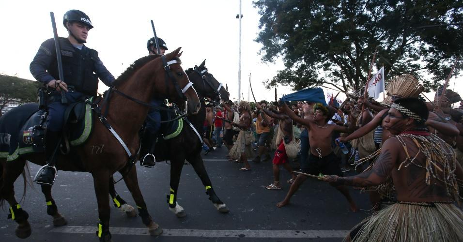 27.05.14 - Índios enfrentam PMs durante tour da Copa do Mundo em Brasília