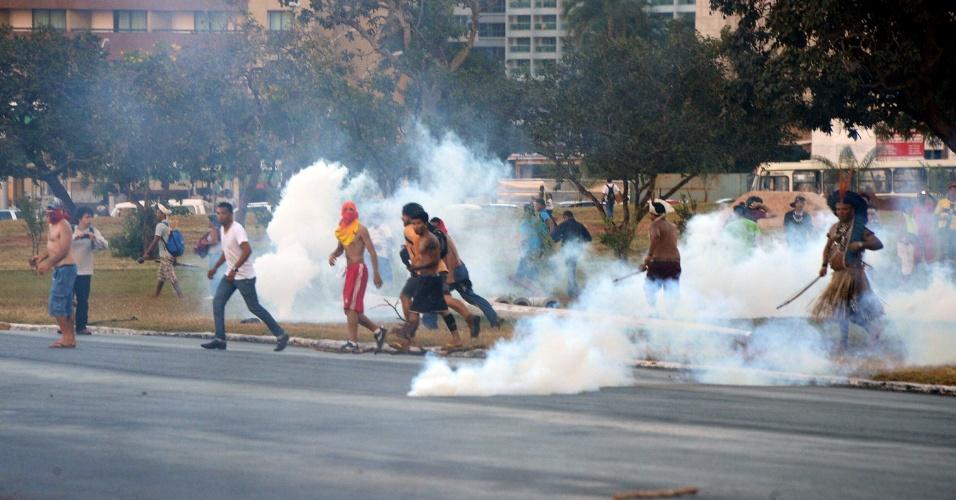 27.05.14 - Manifestantes entram em confronto com policiais durante tour da Copa do Mundo em Brasília