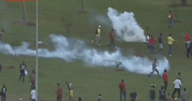 27.05.14 - Manifestantes entram em confronto durante tour da Copa do Mundo em Brasília