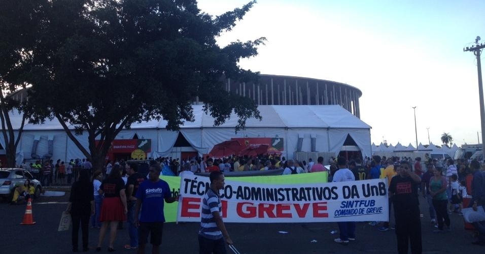 27.05.14 - Manifestantes se concentram antes do confronto com a polícia em Brasília