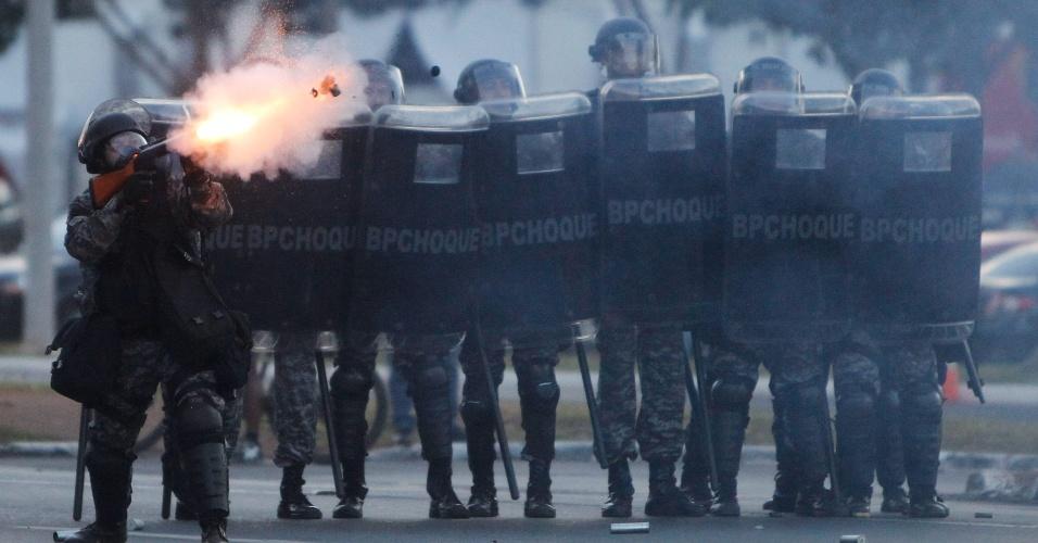 27.05.14 - Policiais atiram bombas contra manifestantes em protesto durante tour da Copa do Mundo em Brasília