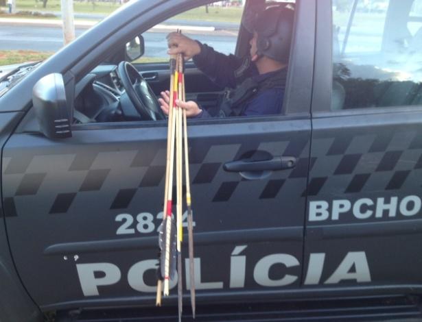 27.05.14 - Policial carrega flechas de índios em camburão da PM