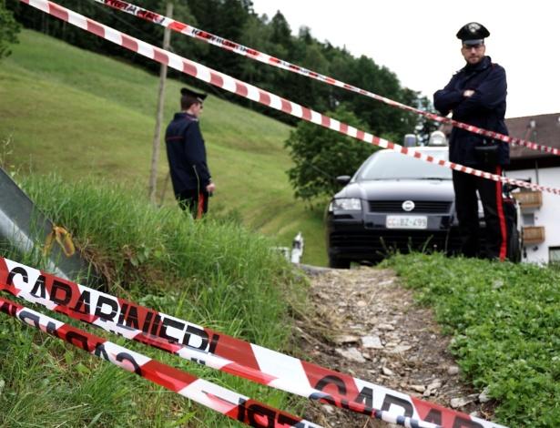 27.05.14 - Policial observa área isolada após atropelamento de turistas em evento promocional da Mercedes