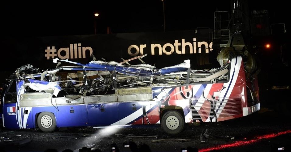 """27.mai.2014 - A Adidas, patrocinadora da seleção francesa, destrói o chamado """"ônibus de Knysna"""", veículo que foi utilizado na Copa de 2010 e que virou símbolo da greve feita pelos jogadores e também da derrota no Mundial em questão"""