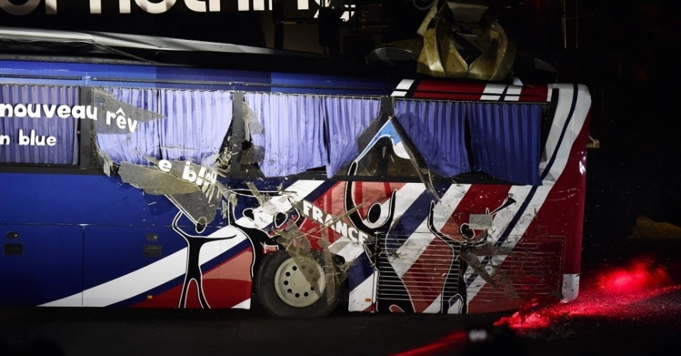 """27.mai.2014 - A Adidas, patrocinadora da seleção francesa, destrói o chamado """"ônibus de Knysna"""", veículo que foi utilizado na Copa de 2010 e que virou símbolo da greve feita pelos jogadores e também da derrota no Mundial em questão; mais de 400 pessoas acompanharam assistiram à destruição"""