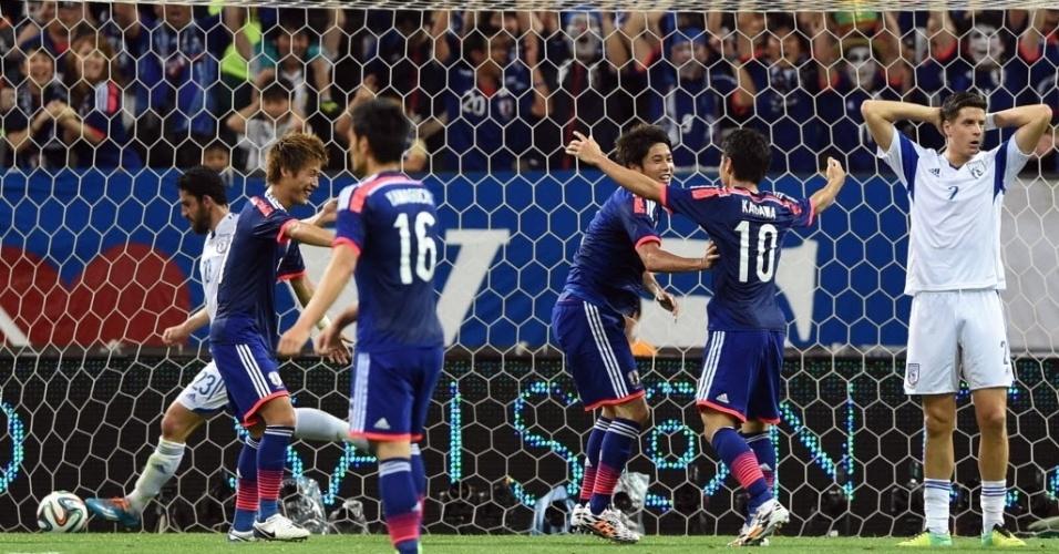 27.mai.2014 -  Atsuto Uchida comemora com companheiros o gol da vitória do Japão sobre o Chipre