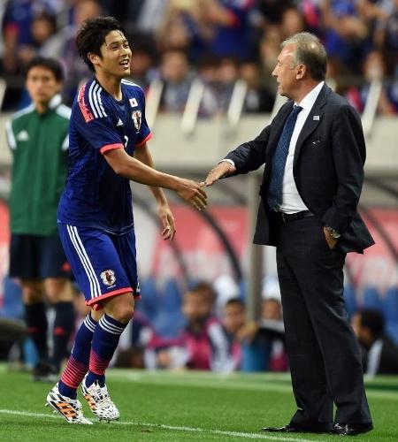 27.mai.2014 - Atsuto Uchida comemora com o técnico Alberto Zaccheroni o gol da vitória do Japão sobre o Chipre