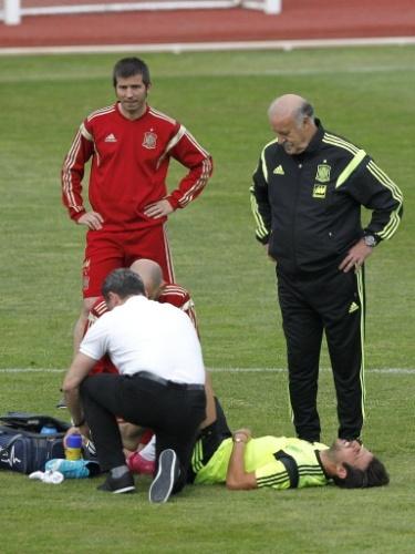 27.mai.2014 - Cesc Fàbregas é observado pelo técnico Vicente Del Bosque após sentir lesão em treino da Espanha