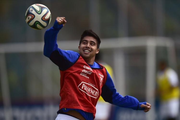 27.mai.2014 - Christian Noboa brinca durante treino do Equador para a Copa do Mundo