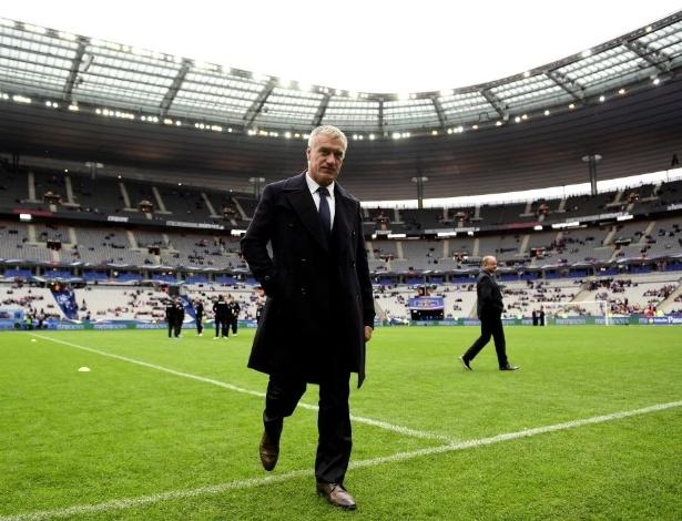 27.mai.2014 - Didier Deschamps caminha pelo gramado de Saint-Denis antes de França x Noruega
