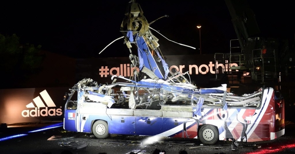 27.mai.2014 - França destrói ônibus usado na Copa de 2010 para 'exorcizar' fracasso