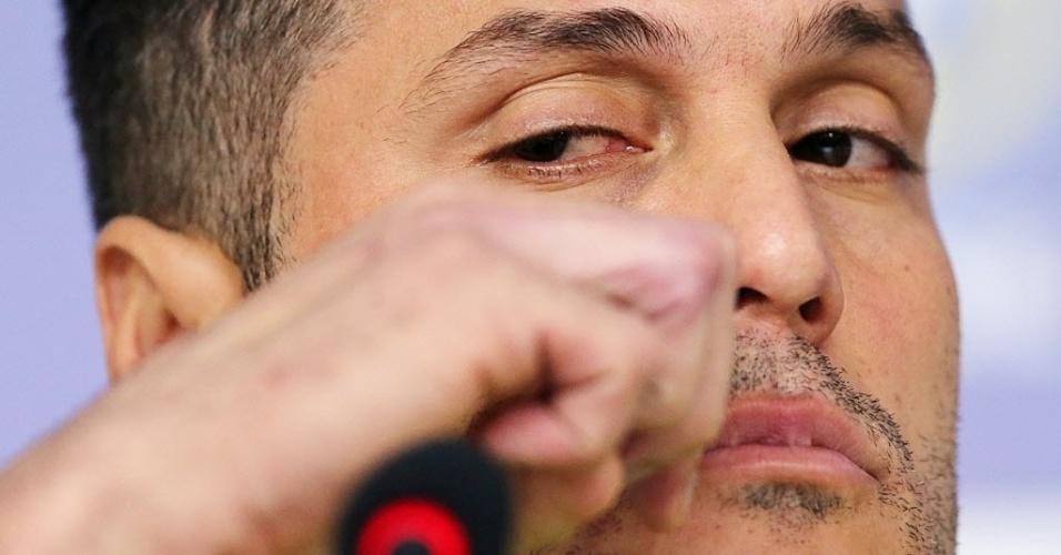 27.mai.2014 - Goleiro Júlio César conversa com a imprensa durante coletiva na Granja Comary, no Rio de Janeiro