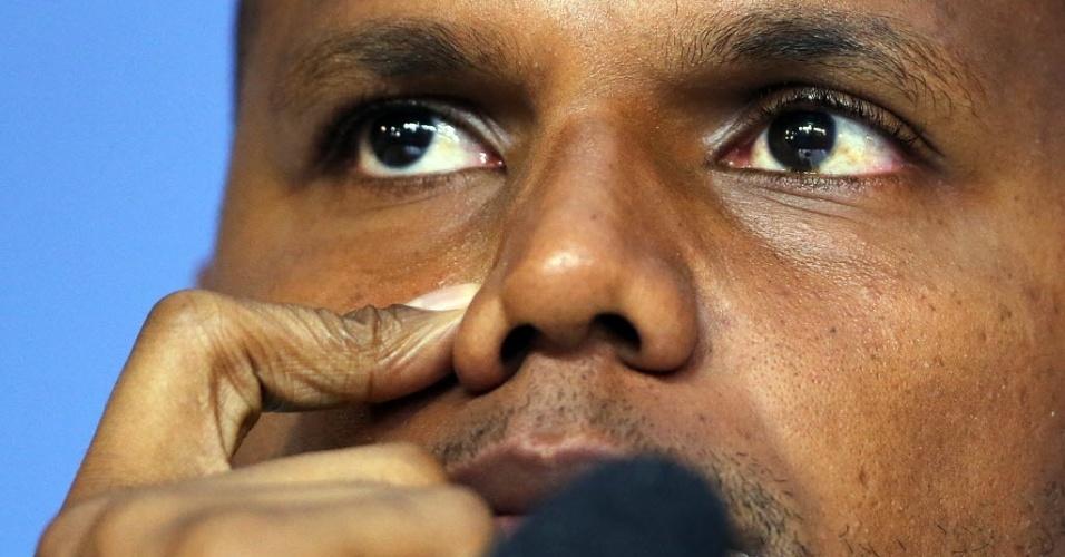 27.mai.2014 - Jefferson, goleiro da seleção brasileira, conversa com os jornalistas na Granja Comary