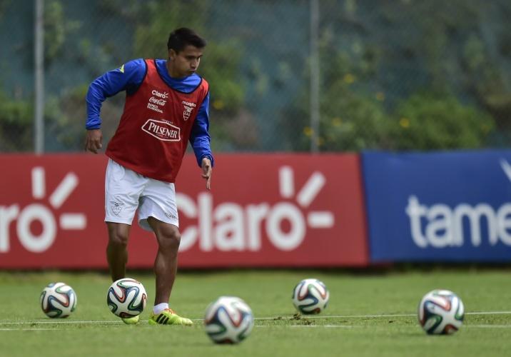 27.mai.2014 - Luis Saritama trabalha com bola durante treino do Equador para a Copa do Mundo