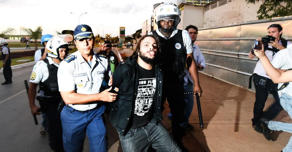 27.mai.2014 - Manifestante é detido durante protesto em Brasília contra a Copa do Mundo