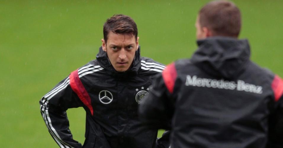 27.mai.2014 - Özil, meia do Arsenal, participa do trabalho de alongamento antes do treino da Alemanha