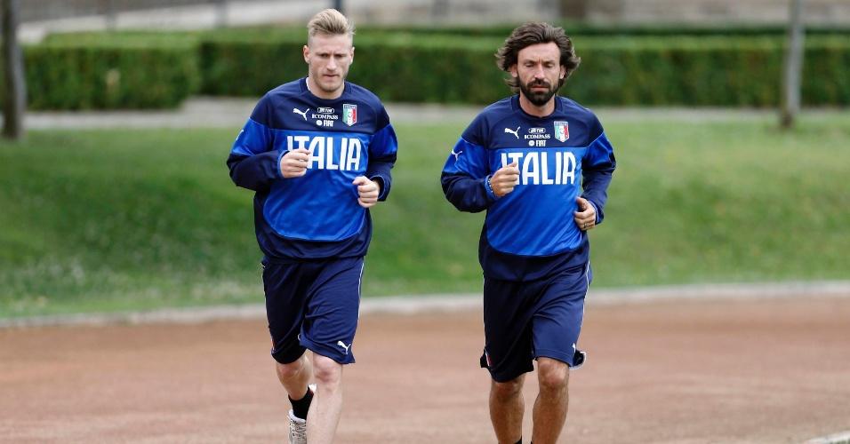 27.mai.2014 - Pirlo (dir) e Abate correm durante treino da Itália antes da Copa do Mundo