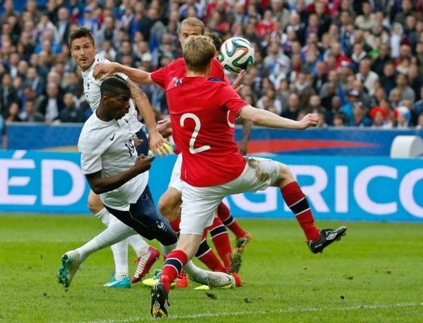 27.mai.2014 - Pogba se abaixa para cabecear e marcar o 1° da França contra a Noruega