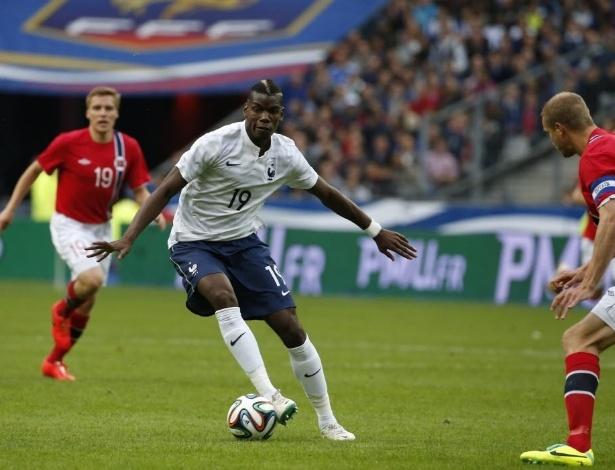 27.mai.2014 - Pogba tenta jogada para a França contra a Noruega
