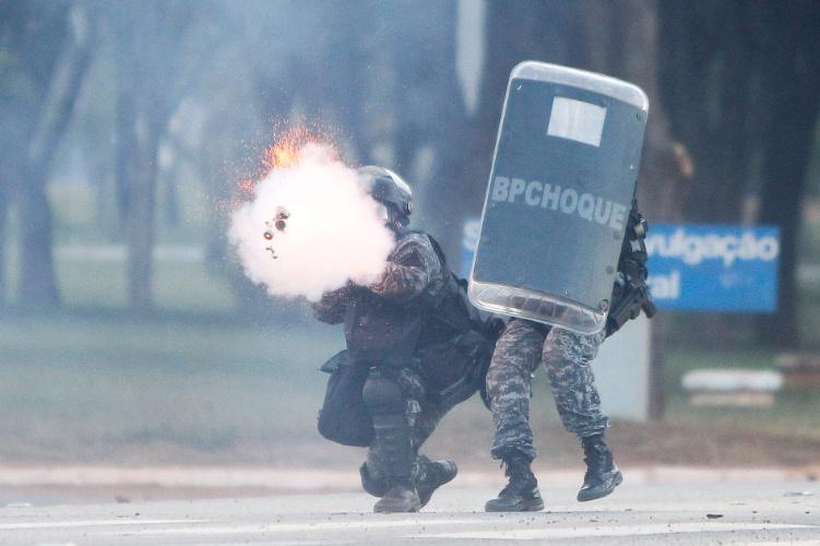 27.mai.2014 - Polícia atira bombas de gás lacrimogêneo para dispersar manifestantes durtante ato contra a Copa em Brasília