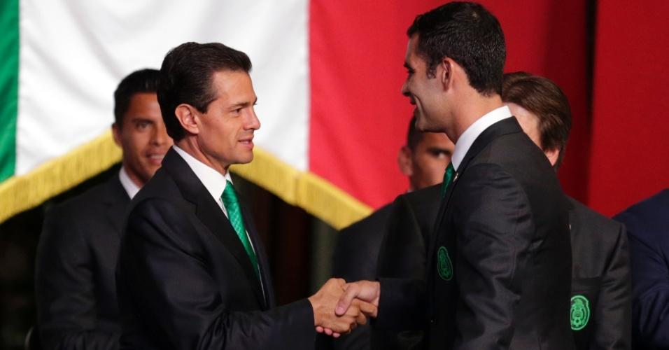 27.mai.2014 - Presidente mexicano, Enrique Peña Nieto cumprimenta o capitão da seleção, Rafa Marquez, em evento antes da equipe embarcar para o Brasil