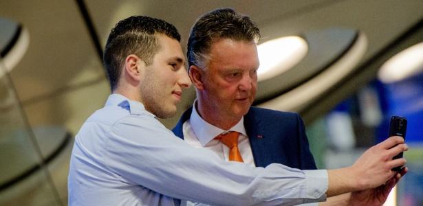 """Técnico da Holanda, Louis van Gaal, tira """"selfie"""" com funcionário do aeroporto"""