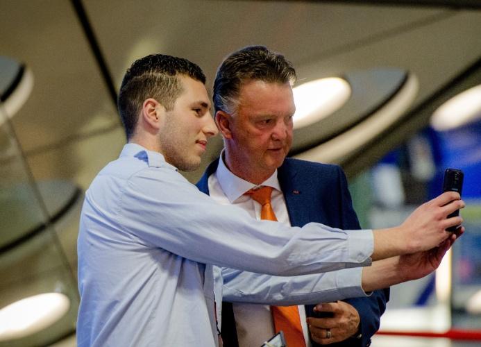 """27.mai.2014 - Técnico da Holanda, Louis van Gaal, tira """"selfie"""" com funcionário do aeroporto de Amsterdam"""