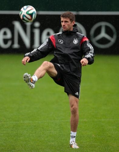 27.mai.2014 - Thomas Muller, meia do Bayern de Munique, brinca com a bola em treino da Alemanha antes da Copa do Mundo