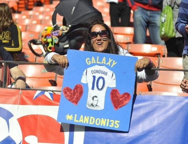27.mai.2014 - Torcedora americana leva cartaz defendendo a presença de Landon Donovan na seleção americana