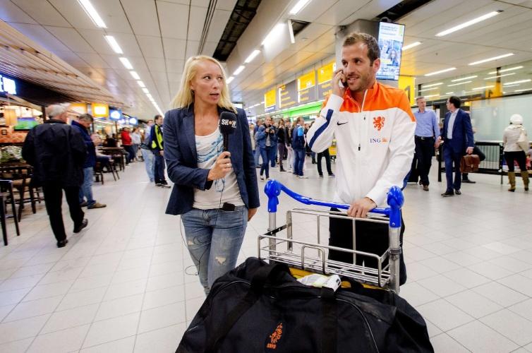 27.mai.2014 - Van Der Vaart desembarca no aeroporto de Amsterdam junto com a seleção da Holanda
