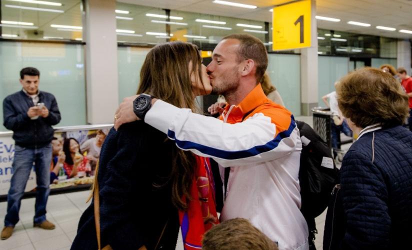 27.mai.2014 - Wesley Sneijder é recebido pela mulher ao retornar com a Holanda do período de treinos em Portugal