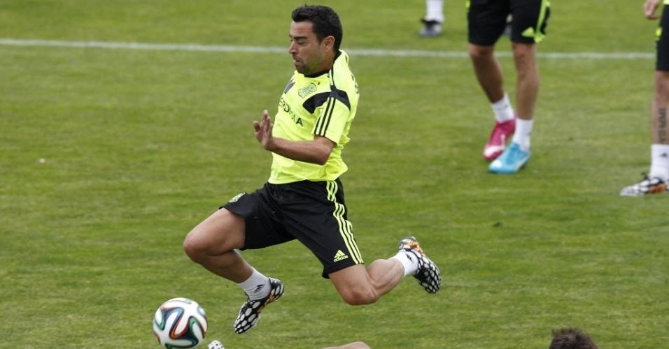 27.mai.2014 - Xavi foge da marcação de companheiro durante treino da Espanha para a Copa do Mundo