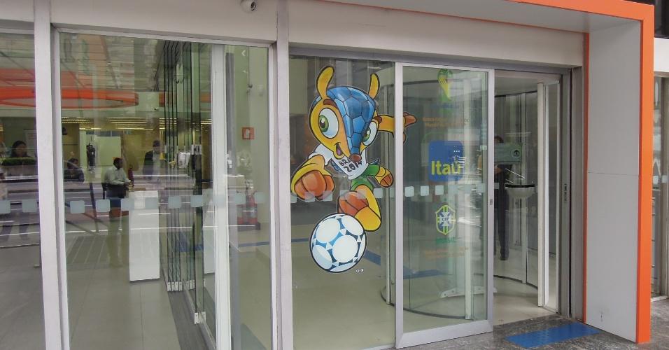 Agência do banco Itaú na avenida Paulista com adesivo do Fuleco