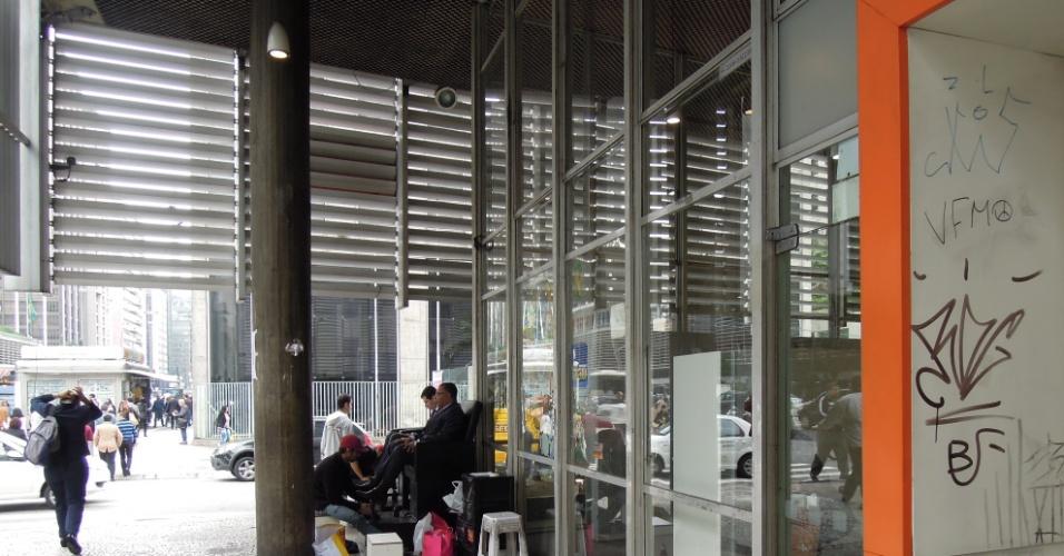 Agência do banco Itaú na avenida Paulista com adesivo do Fuleco e pichações