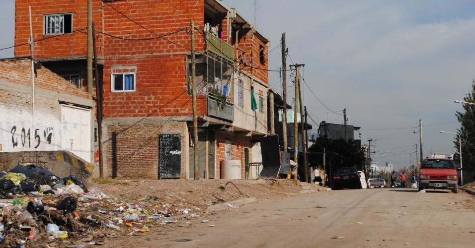 Casas improvisadas, ruas mal asfaltadas e lixo por toda parte no bairro Forte Apache