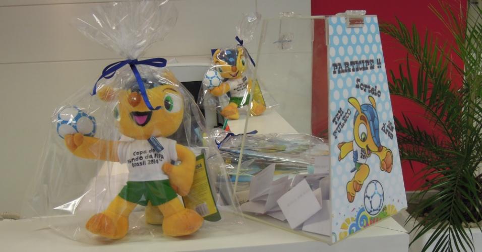 Dentro da Wise Up da rua da Consolação, produtos licenciados da Copa do Mundo: Fuleco e álbum de figurinhas