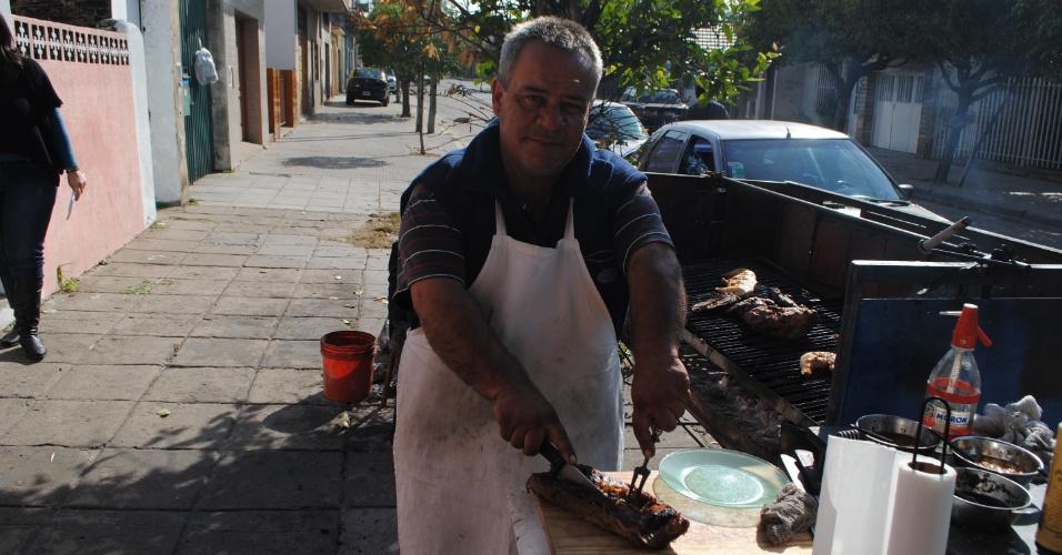 Enquanto vende carne assada na porta de sua casa, no bairro Forte Apache, na periferia de Buenos Aires, Juan Caamaño desabafa e diz que é absurdo Tevez não estar na seleção