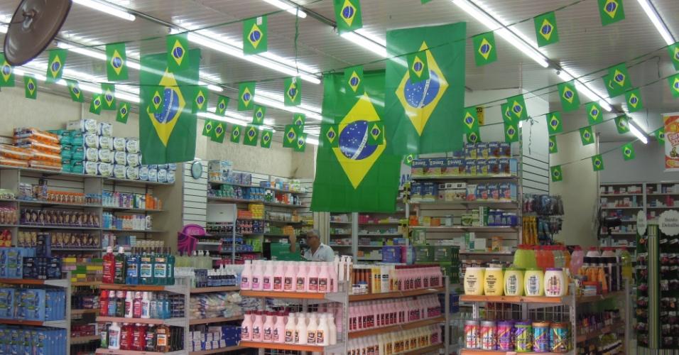 Farmácia decorada para a Copa na rota dos protestos, na rua da Consolação