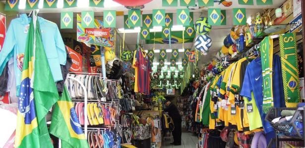 Loja de material esportivo decorada para a Copa, na avenida Paulista
