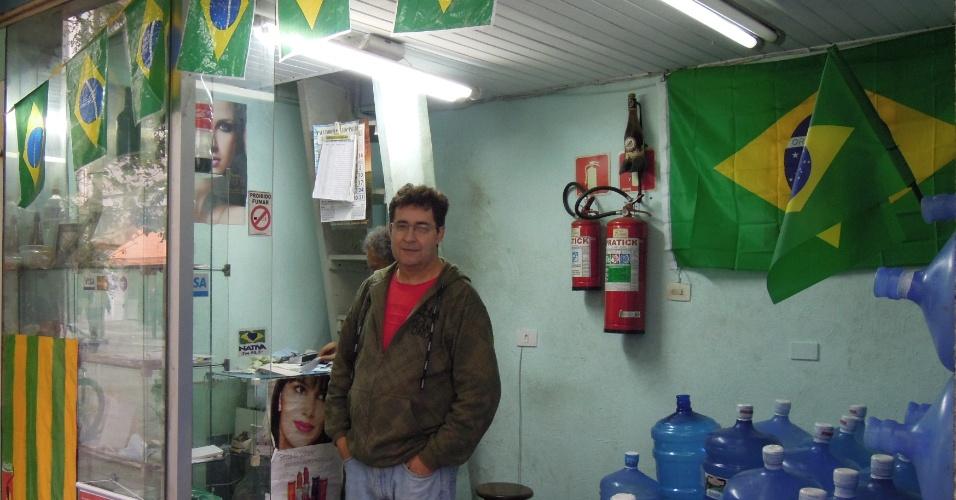 Lojista com espaço todo decorado para a Copa, numa esquina da rua da Consolação