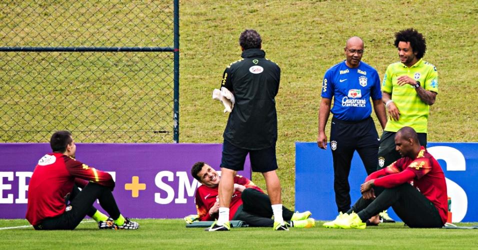 Marcelo conversa com Jefferson, Júlio César e Victor no treinamento dos goleiros da seleção