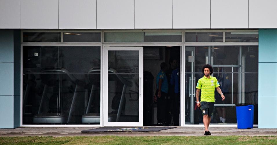 Marcelo entra em campo depois de chegar à concentração da seleção em Teresópolis