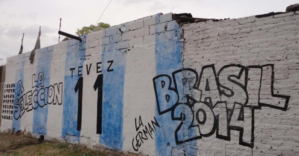 Muro da escolinha de futebol Santa Clara, no bairro Forte Apache, foi pintado para pedir Tevez na seleção argentina