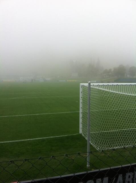 Nevoeiro dificulta atividade no campo na Granja Comary. Apenas os goleiros foram a campo na manhã desta terça