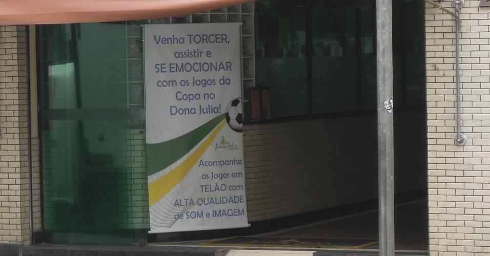 Restaurante chama para a Copa na rota dos protestos, na rua da Consolação