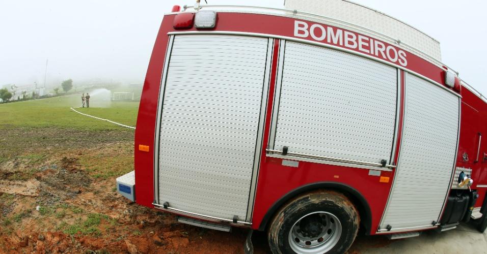 Veículo do Corpo de Bombeiros atolou próximo ao campo da Granja Comary